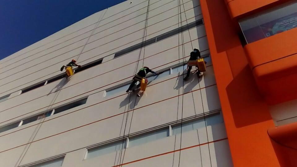 Dịch vụ vệ sinh kính công việc rất quan trọng đối với các chủ đầu tư tòa nhà