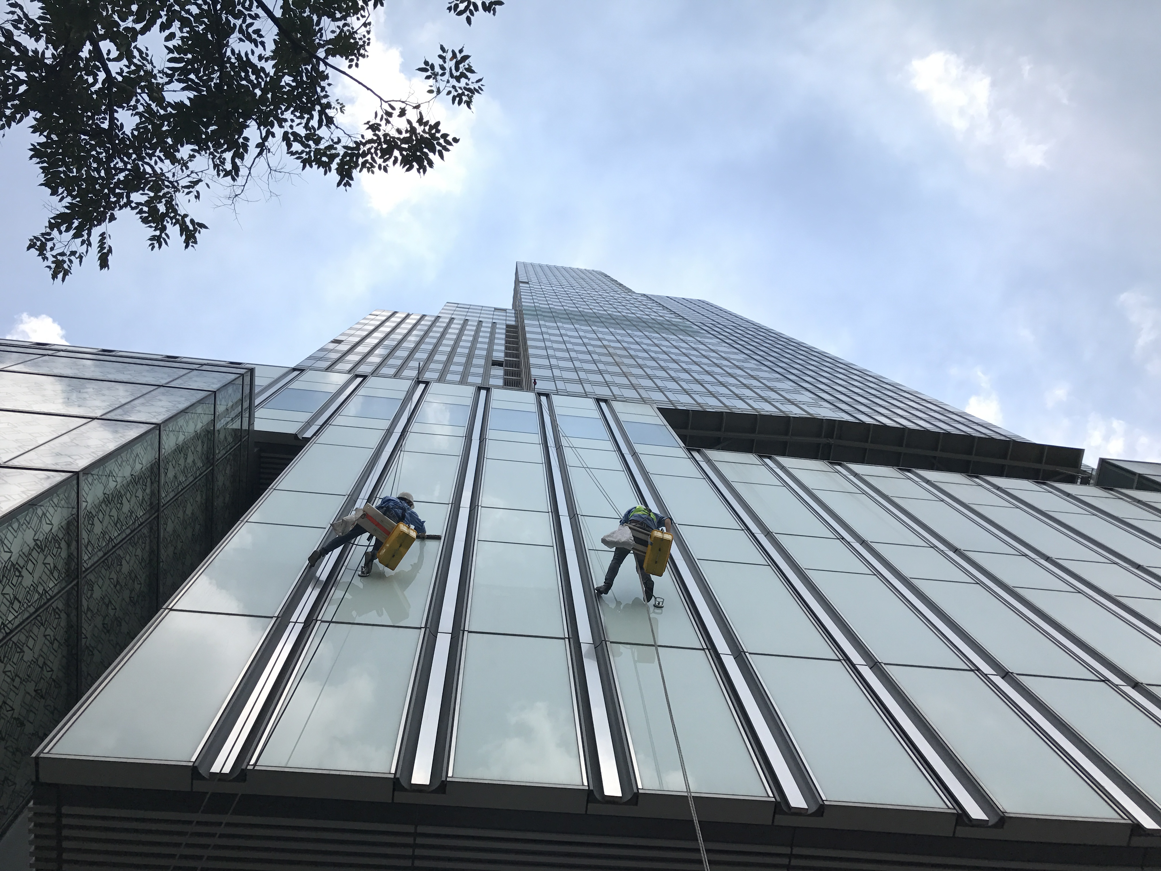 Tìm hiểu về nghề lau kính nhà cao tầng tại các Thành phố lớn hiện nay như thế nào?