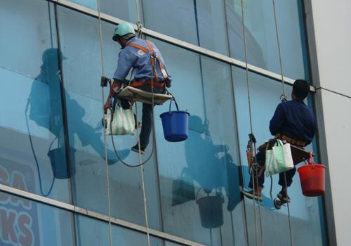 Bảng giá dịch vụ lau kính nhà cao tầng chuyên nghiệp