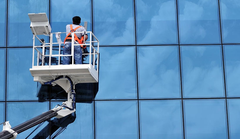 Cách lau kính nhà cao tầng hiệu quả và sạch bóng