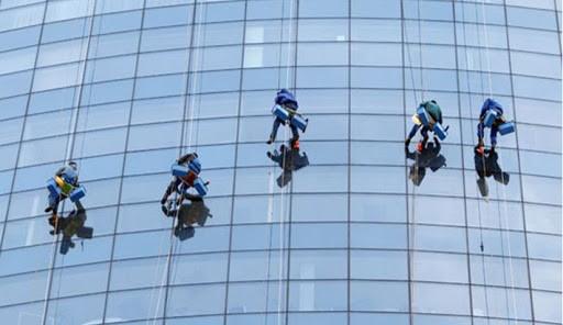 Cách lau kính tòa nhà cao tầng hiệu quả