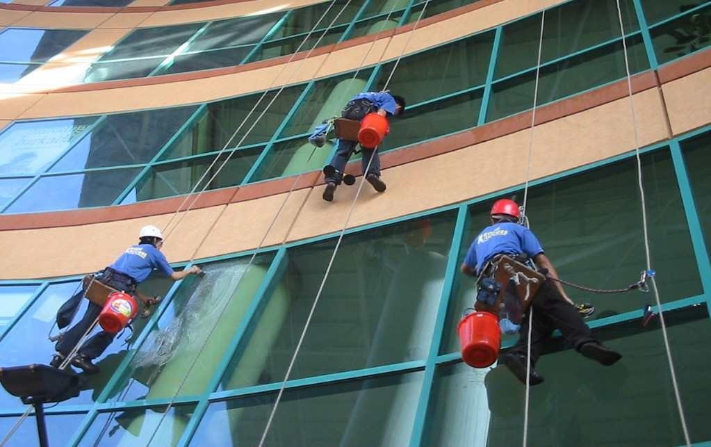 Cách vệ sinh kính nhà cao tầng an toàn chuyên nghiệp