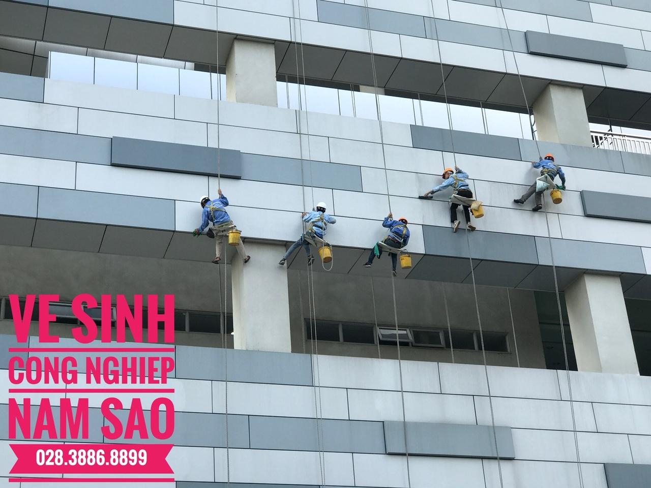 Cách vệ sinh kính nhà cao tầng tại TpHCM hiệu quả