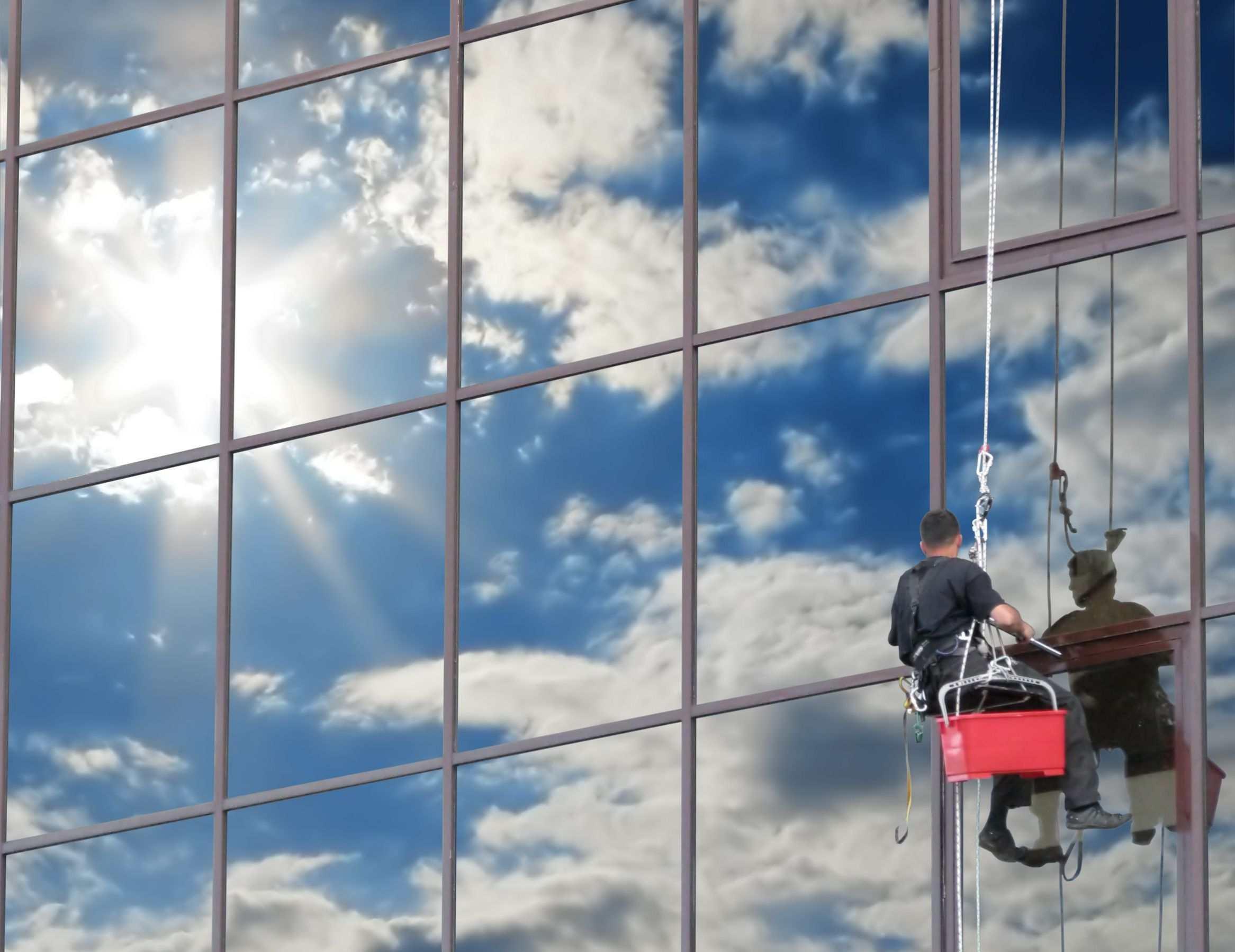 Dịch vụ lau cửa kính nhà cao tầng