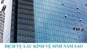 Dịch vụ lau kính nhà cao tầng của Công ty Vệ Sinh Công Nghiệp Năm Sao