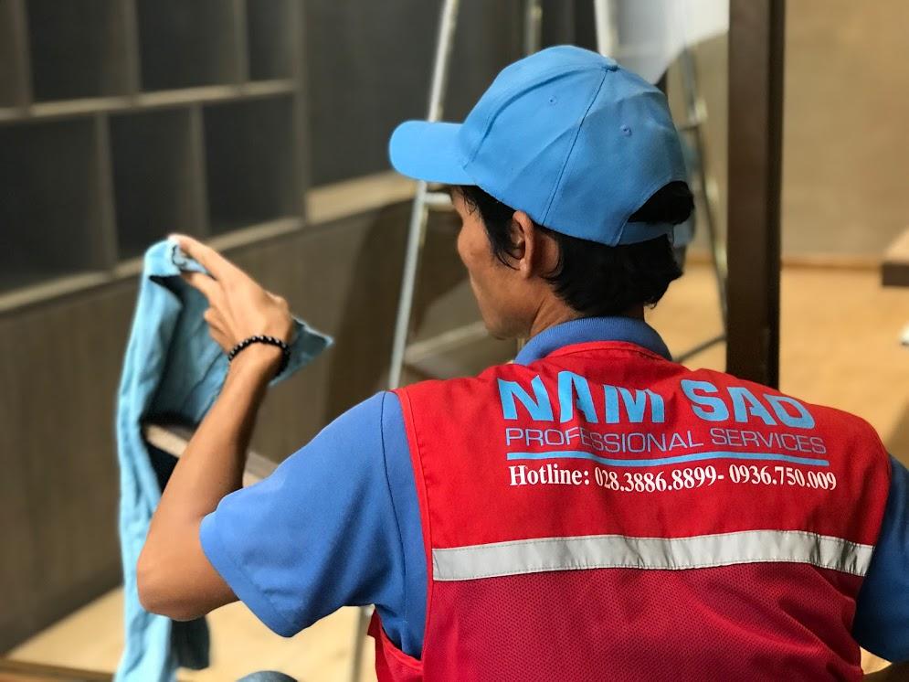 Dịch vụ lau kính tòa nhà cao tầng tại Vệ sinh Năm Sao