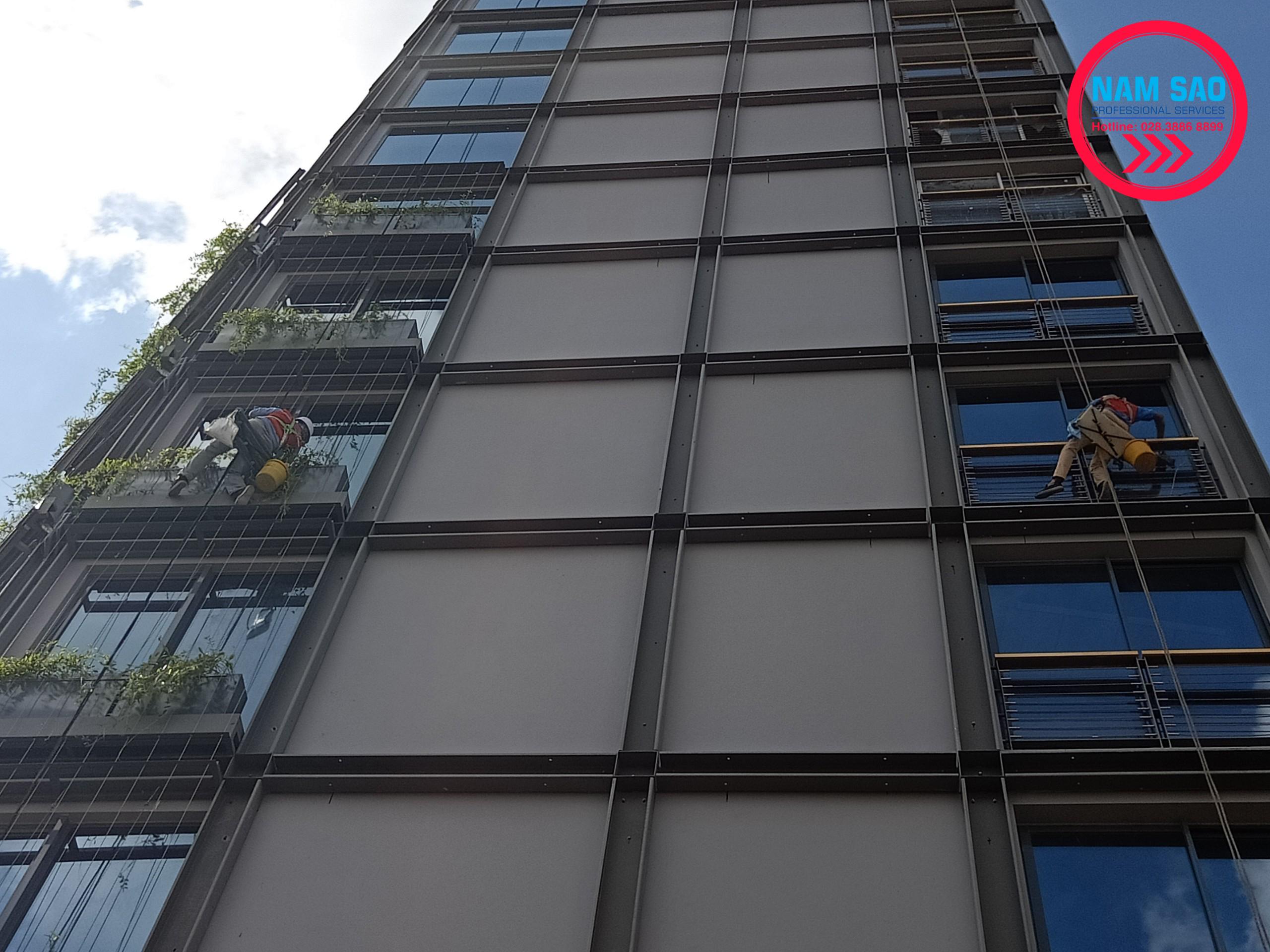 Dịch vụ lau kính vệ sinh nhà cao tầng giá rẻ uy tín tại HCM