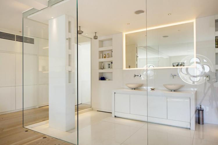 Hướng dẫn vệ sinh kính phòng tắm