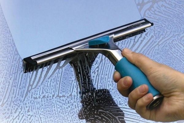 Làm sạch bề mặt kính không dùng nước lau kính