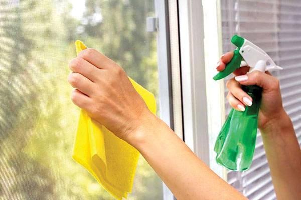 Mẹo vệ sinh lau kính cửa sổ khỏi những vết cứng đầu đơn giản