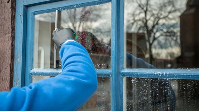 Những bước đơn giản làm sạch cửa sổ kính