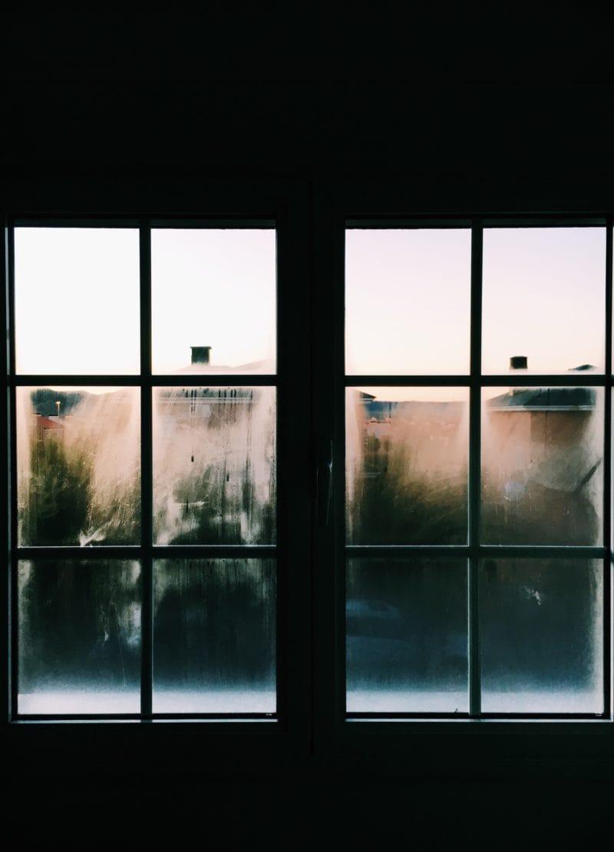 Những cách đơn giản giúp ngăn gió lạnh đi qua cửa sổ kính của bạn