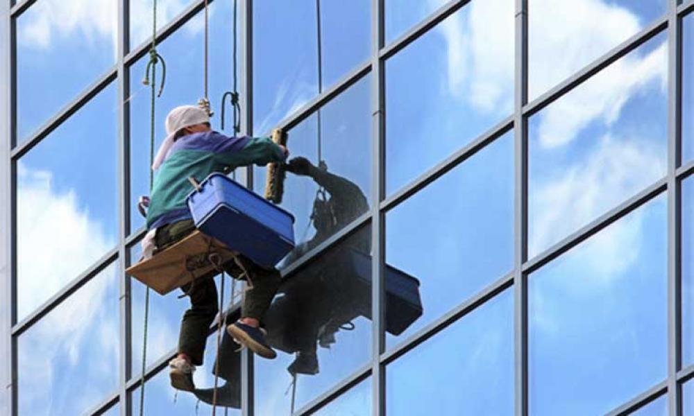 Những điều cần lưu ý khi vệ sinh kính nhà cao tầng