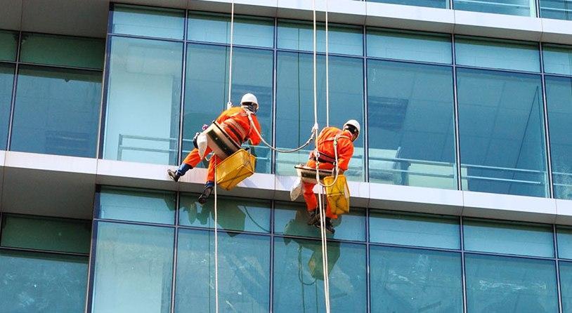 Những lý do nên chọn dịch vụ lau kính nhà cao tầng
