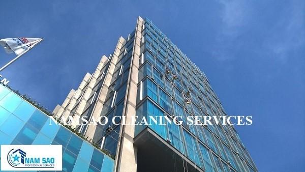 Quy trình lau kính nhà cao tầng chuyên nghiệp hiệu quả