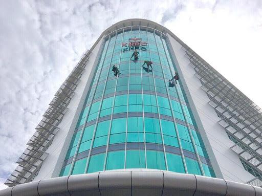 Quy trình vệ sinh kính nhà cao tầng chuyên nghiệp