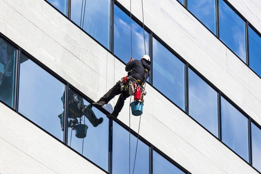 Tại sao nên vệ sinh kính cho tòa nhà cao tầng định kỳ?