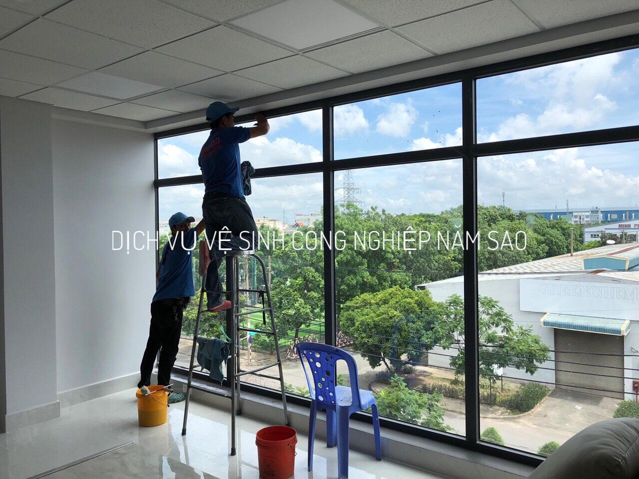 Thi công trọn gói dịch vụ lau kính nhà cao tầng giá rẻ nhất TpHCM