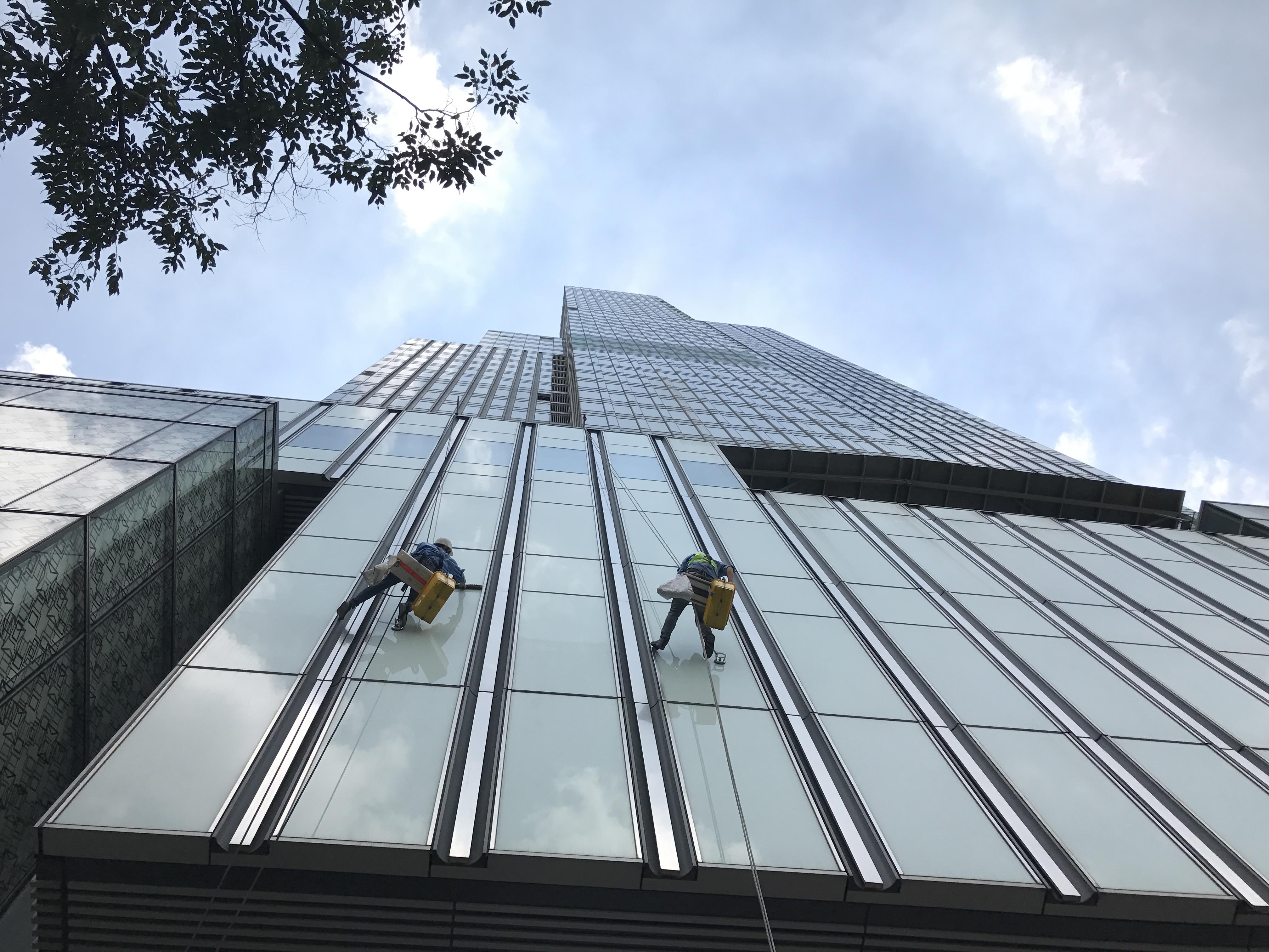 Lau kính nhà cao tầng nghề mới tại các thành phố lớn hiện nay
