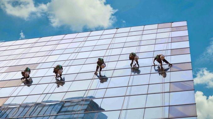 Top 5 dịch vụ lau kính nhà cao tầng tại Đồng Nai