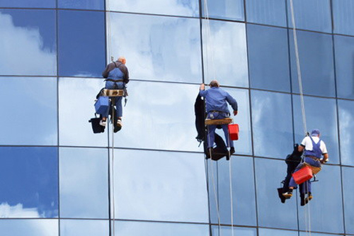 Top công ty cung cấp dịch vụ vệ sinh kính tòa nhà