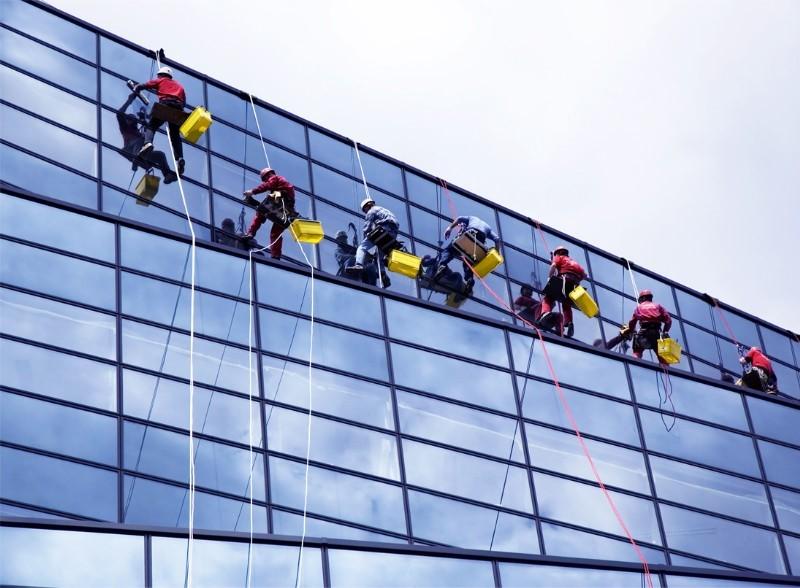 Top những dịch vụ lau kính tòa nhà cao tầng tại Bình Dương