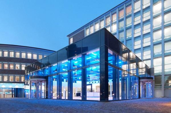 Vệ sinh kính cường lực cho các công trình kiến trúc